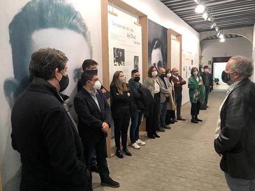 La muestra 'Miguel Hernández, a plena luz' amplía hasta el 9 de abril su estancia en el Instituto Cervantes en Alcalá de Henares.