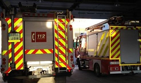 Desalojan de forma preventiva un bloque de viviendas por un incendio en una cochera en Alcalá la Real.