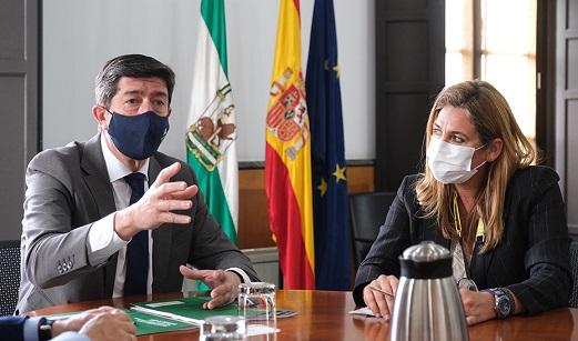 Juan Marín confía en que las ayudas a los guías turísticos «añadan valor» a un actor esencial para el sector.