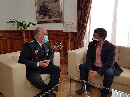 Francisco Reyes recibe al comisario José Miguel Amaya, nombrado jefe superior de la Policía de Andalucía Oriental.