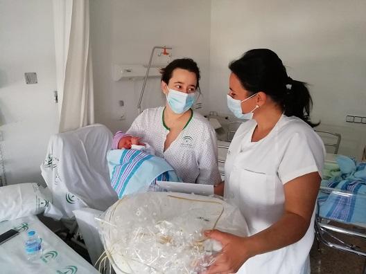 Los hospitales jiennenses obsequian a las 11 madres de los bebés nacidos el Día de Andalucía.