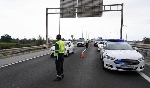 Fallece un camionero en Jaén tras salirse el vehículo de la calzada, colisionar con la mediana y volcar.