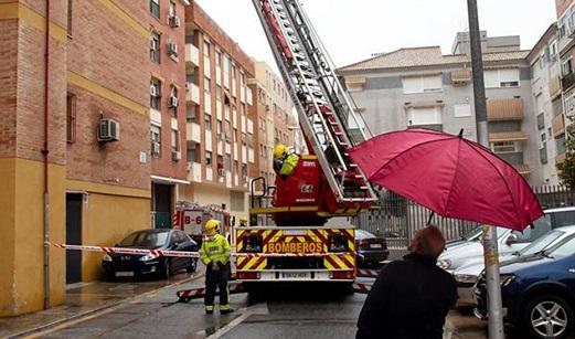 Un piso calcinado en Andújar tras registrarse un incendio que no ha causado heridos.