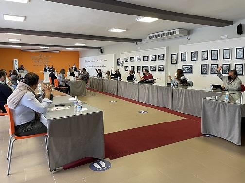 El Pleno aprueba una moción para reclamar a la Junta de Andalucía la financiación íntegra de los gastos extraordinarios de desinfección y prevención en los centros educativos.