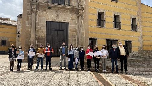 El concejal de Patrimonio entrega los premios al alumnado ganador de los talleres divulgativos sobre el Plan Especial del Casco Histórico.
