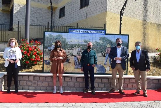 El diputado de Agricultura, Pedro Bruno, visita distintas empresas de Lopera y asiste al descubrimiento de un mural del pintor Antonio Solórzano.