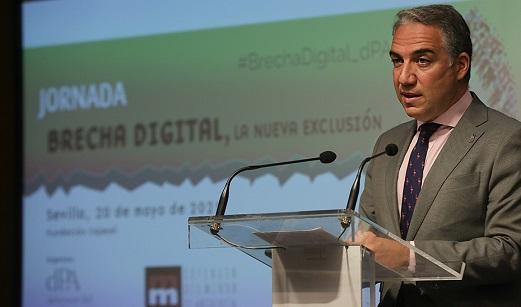 Bendodo afirma que Andalucía transita con paso firme hacia su conversión digital.
