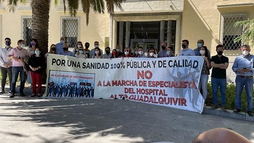 """Alcaldes y representantes municipales de la provincia realizan una concentración para exigir la """"paralización del desmantelamiento"""" de los Hospitales pertenecientes a las Agencias Públicas."""