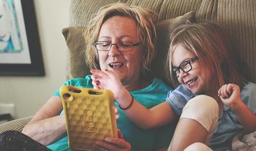 Un estudio constata la mejora psicosocial de los menores acogidos por familias colaboradoras.