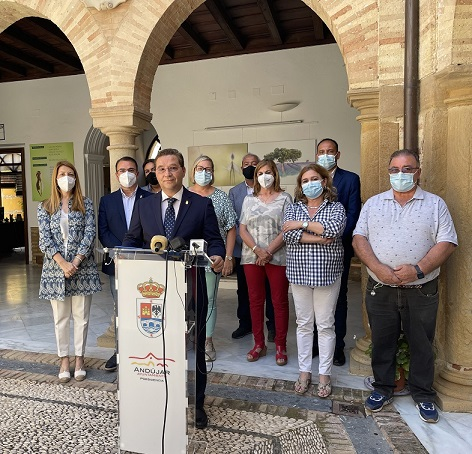 El alcalde, Francisco Huertas, dimite de sus cargos en el Ayuntamiento de Andújar debido a problemas de salud.
