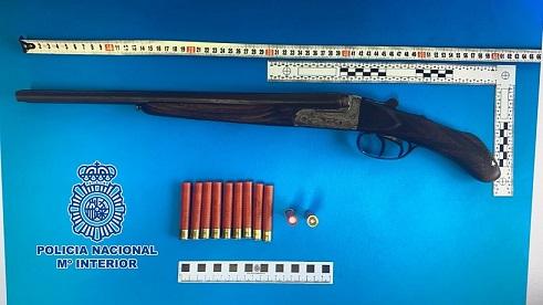 La Policía Nacional detiene en Linares a un hombre que portaba una escopeta, pesando sobre él una orden de ingreso en prisión.