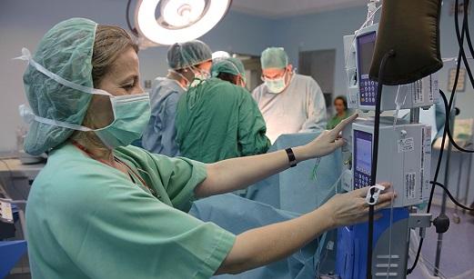 Andalucía baja en el último año un 38,9% los pacientes en lista de espera y un 64,5% en procedimientos garantizados fuera de plazo.