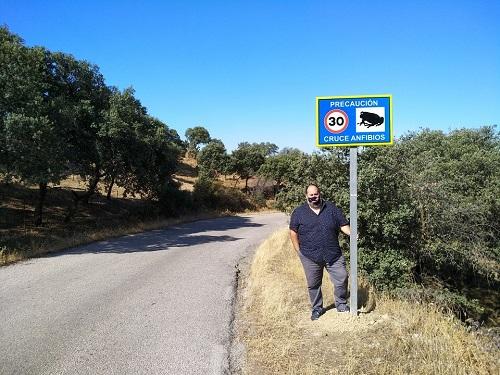 La Concejalía de Medio Ambiente del Ayuntamiento de Andújar instala nuevas señales de precaución ante el paso de anfibios.