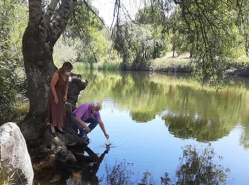 La delegada territorial de Salud, Trinidad Rus, visita la zona de baño del río Jándula, en la localidad de Andújar.