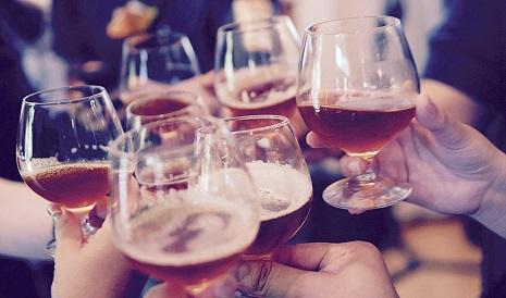 Consumo alerta del aumento de los riesgos de consumir alcohol en verano.