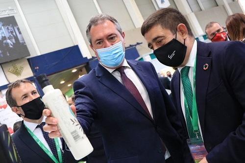 """Juan Espadas muestra el """"apoyo sin fisuras"""" del PSOE-A al sector del aceite de oliva."""