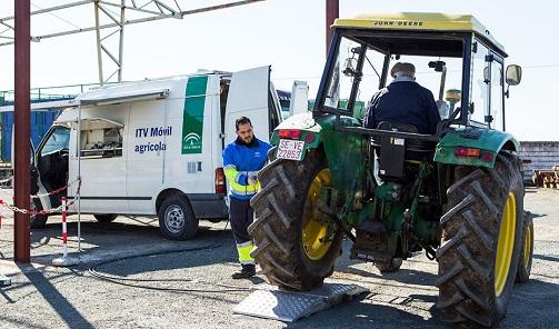 Doble turno en Veiasa para agilizar las ITV a los vehículos de la campaña de la aceituna.