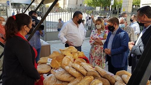 La Diputación apoya la industria del pan jiennense celebrando una muestra en la lonja del Palacio Provincial.