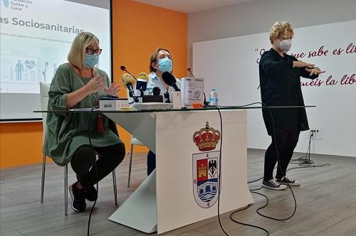 """Los mayores de Andújar conocen las nuevas herramientas de teleasistencia domiciliaria del programa """"Cuida-T en casa""""."""