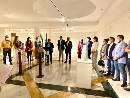 El presidente de la Diputación destaca el liderazgo de Bailén en el sector de la cerámica decorativa y artesanal.