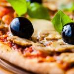 Pizza Margarita et napolitaine au Camping l'Art de Vivre
