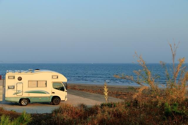 キャンピングカーで家族旅行 海沿いの駐車場で車中泊 キャンピングカーレンタルで行こう