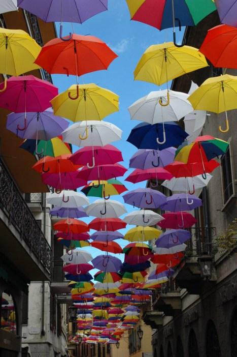 Fußgängerzone mit fliegenden Schirmen