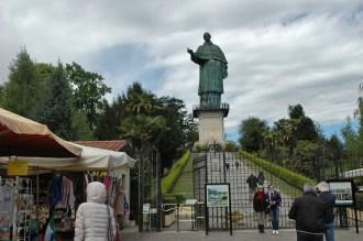 San Carlo Bronze-Statue auf 12 m hohem Granitsockel