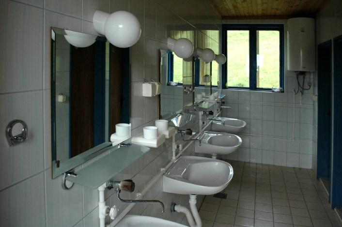 Waschbecken mit Zahnbutzbechern