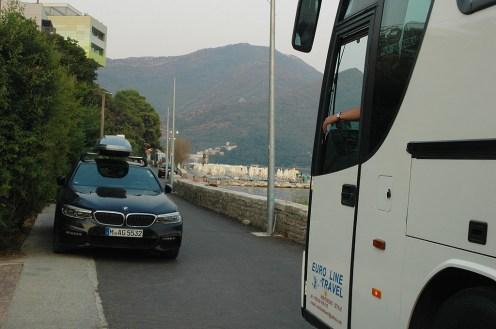 Frecher Parker blockiert Bus