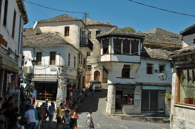 Osmanische Turmhäusern mit Steindächern, Holzbalkonen und weiß getünchten Steinmauern