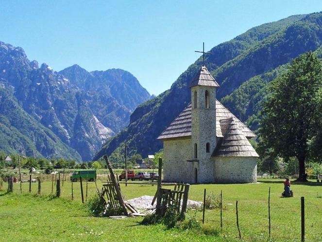 Kath. Kirche, davor ein kaputtes Viehgatter