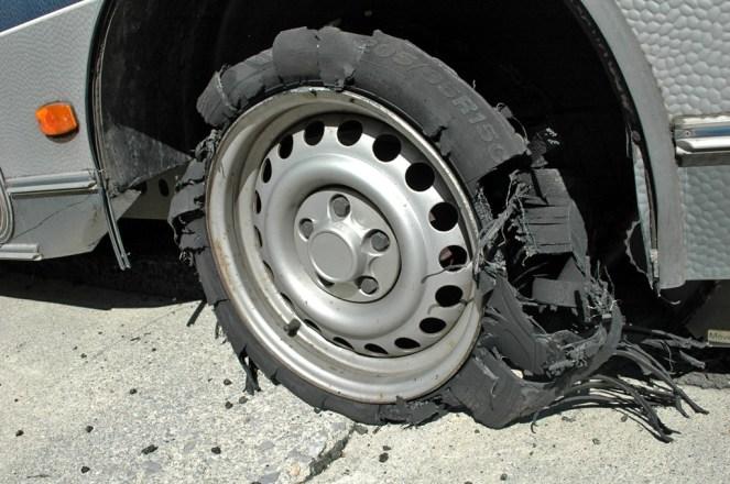 Reifen zerfetzt auf der Autobahn Richtung Kozani
