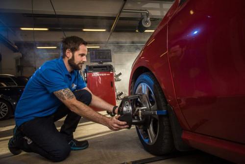 ENKELT: En sjekk av hjulstillingen tar to minutter. (Foto: Snap Drive)