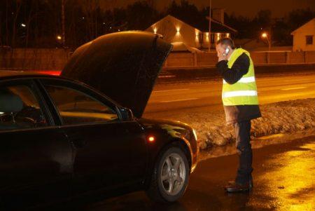 Om bilen må på verksted med motorskade eller alvorlig elektronisk feil kan regningen bli ubehagelig høy dersom man ikke har garanti som dekker slike tilfeller. (ill. foto)