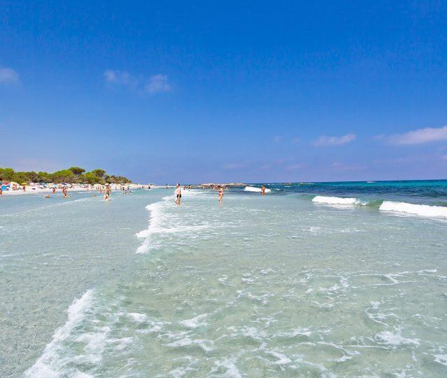 Lacqua Trasparente Della Spiaggia Di Cala Ginepro In Sardegna