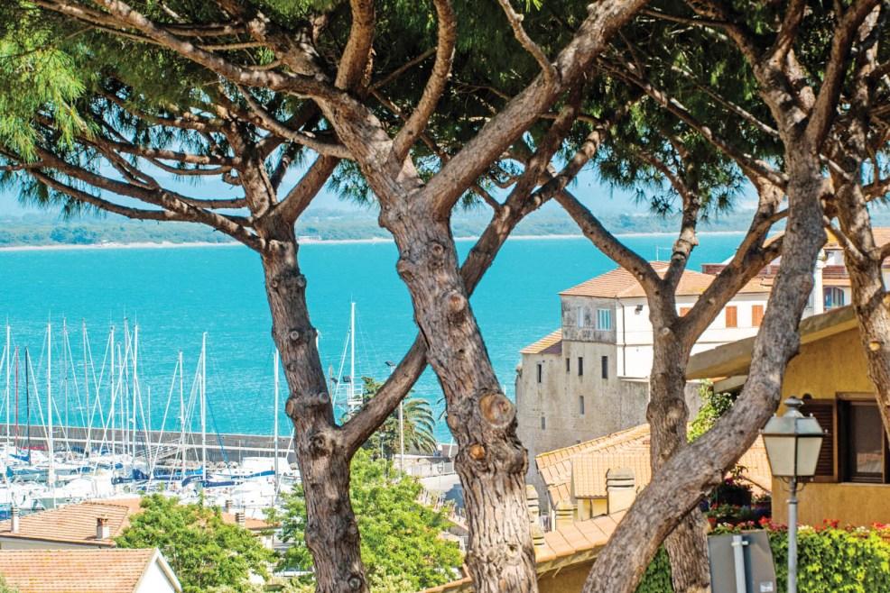 Panorama su talamone e sulla spiaggia