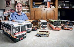 Adamo Bazani se divide entre o jornalismo e a paixão pelos ônibus e reuniu mais de 260 modelos em miniatura (Foto: Rafael Munhoz / Autoesporte)