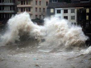 O Tufão 'Chan Hom' já está no litoral Leste da China, causando ondas gigantescas na Província de Zhejiang – Foto: Chinatopix/AP Photo