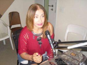 Jussara Calmon durante entrevista na Rádio Nossa Senhora de Copacabana – Foto: Divulgação