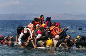 Imigrantes sírios, líbios, afegãos e iraquianos são resgatados pela Guarda Costeira da Grécia na manhã deste domingo (13/09) no Mar Egeu. O barco naufragou e 34 pessoas morreram – Foto: Alkis Konstantinidis/Reuters