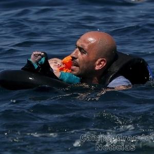 Imigrante segura bebê após naufrágio no Mar Egeu. O barco e que viajava afundou no Mar Egeu, próximo à Ilha de Lesbos, na Grécia – Foto: Alkis Konstantinidis/Reuters