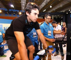 Lucas Borba faz o bike fitting – Foto: JB Carvalho / Shimano