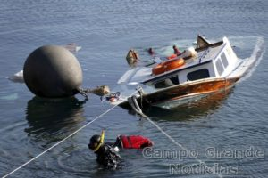 Oficiais da Guarda Costeira da Grécia resgatam corpos de imigrantes que morreram nesta quinta-feira (15/10) nas proximidades da Ilha de Lesbos – Foto: Giorgos Moutafis/Reuters