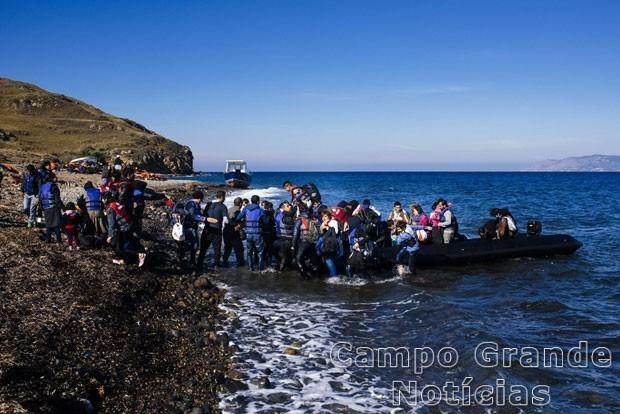 Refugiados e imigrantes chegaram na manhã desta quinta-feira (15/10) à Ilha de Lesbos, na Grécia, depois que seu barco afundou – Foto: Dimitar Dilkoff/AFP