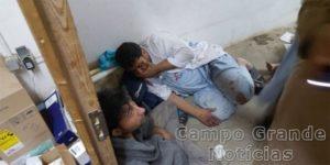 Pacientes e enfermeiros tiveram que se proteger no chão durante um bombardeio aéreo ocorrido na manhã deste sábado (03/10) contra um hospital do Médicos Sem Fronteira, em Kunduz, no Afeganistão – Foto: MSF/Divulgação