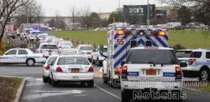 Carros da polícia e ambulância cercam o Shopping Northlake Mall, na Carolina do Norte, nos EUA, onde um tiroteio causou a morte de uma pessoa – Foto: Robert Lahser/The Charlotte Observer/AP