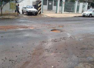 Os buracos existentes nas vias públicas de Campo Grande (MS) são uma das reclamações dos motoristas e pedestres – Foto: Álvaro Barbosa