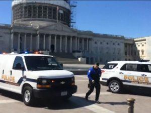 Policiais se posicionam em frente ao Congresso (Capitólio), em Washington (EUA), onde um tiroteio ocorrido nesta segunda-feira (28/03) deixou muitas pessoas assustadas – Foto: MSNBC/Reprodução