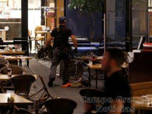 Policial israelense realiza buscas em restaurante no Centro de Tel Aviv, alvo de um tiroteio nesta quarta-feira (08/06) – Foto: Baz Ratner/Reuters
